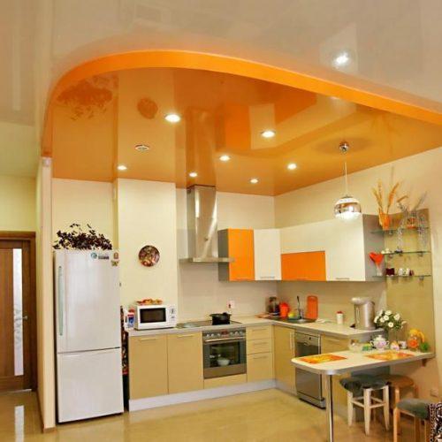 оранжевый натяжной потолок на кухне