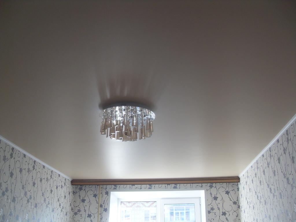 Сатиновый натяжной потолок бежевого цвета
