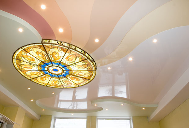 Разноцветный натяжной потолок с красивой люстрой