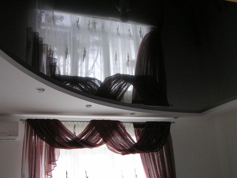 Черный натяжной потолок и шторы