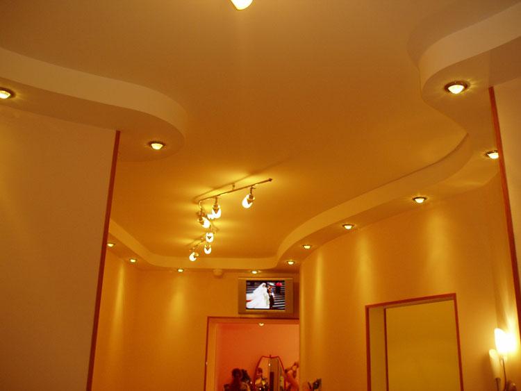 Гипсокартонный потолок с хорошим освещением