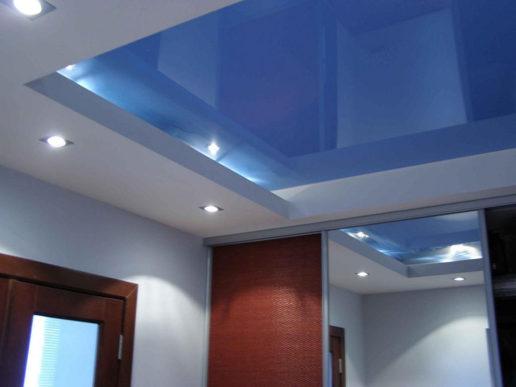 Глянцевый голубой потолок