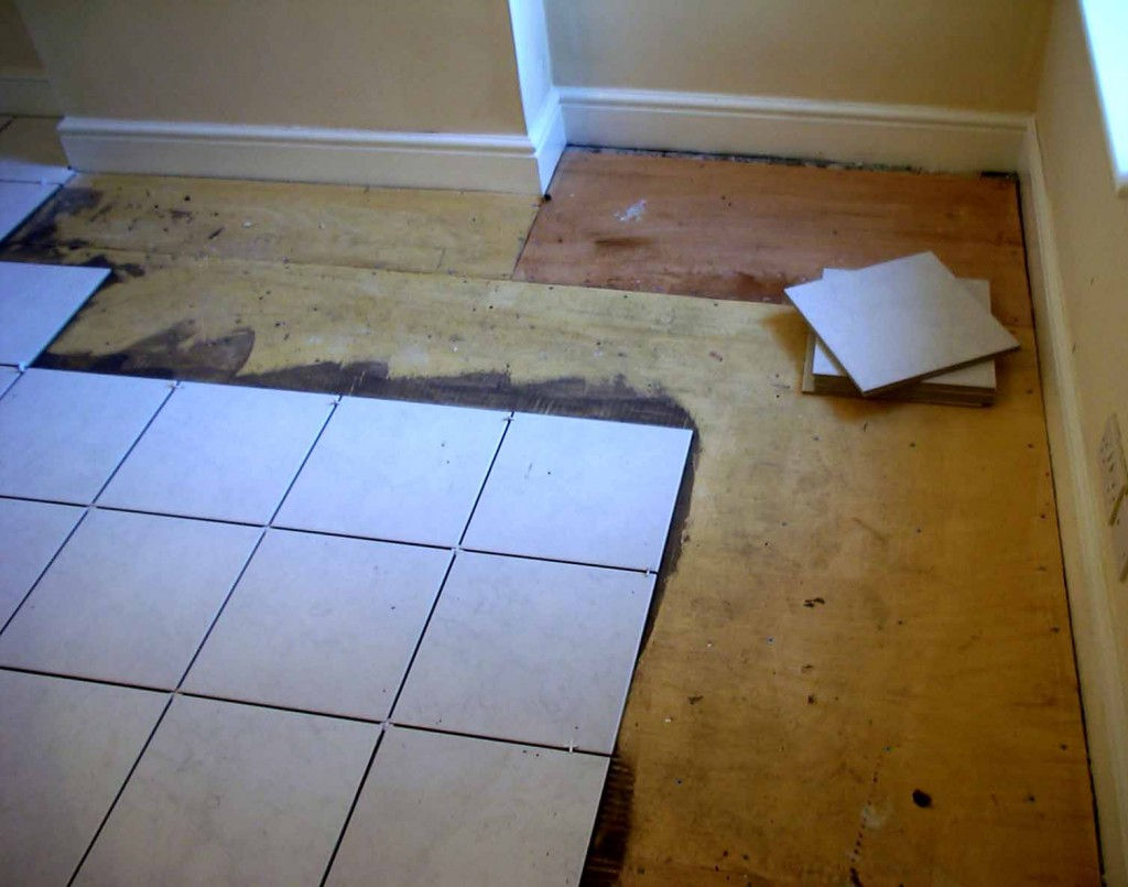 Укладка плитки на деревянный пол: что нужно знать о монтаже на деревянное основание