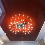 Красивый красный натяжной потолок