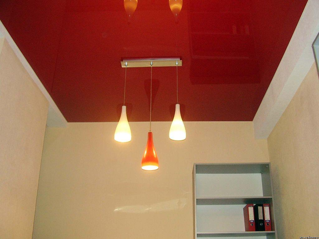 красное натяжное полотно в офисе