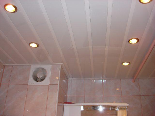 Как сделать потолок в туалете из пластиковых панелей