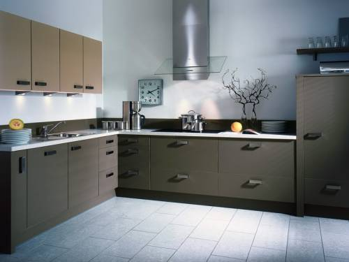 Темная кухня со светлыми стенами