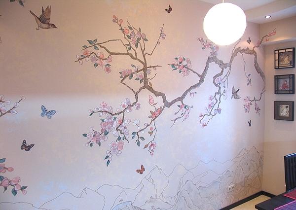 Цветущее дерево на стене красками