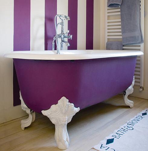 Пурпурно-белая ванная комната