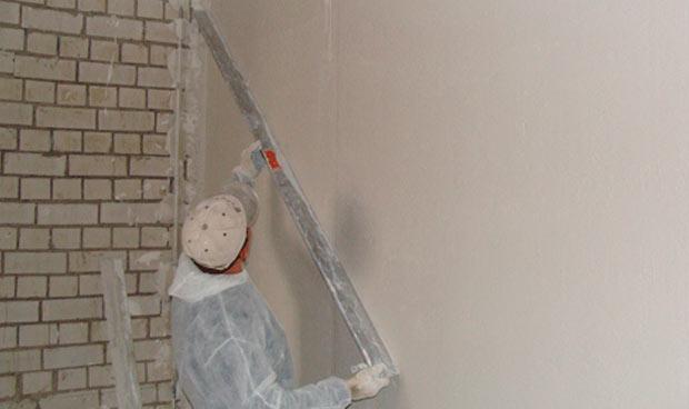 Как выровнять стену штукатуркой самому
