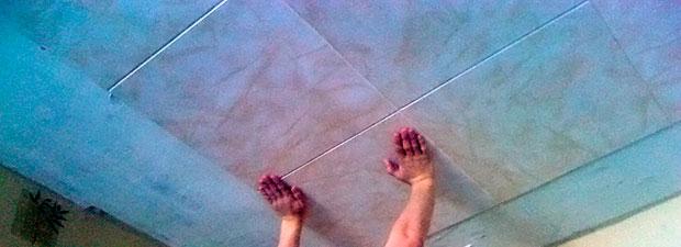 Как правильно поклеить потолочную плитку