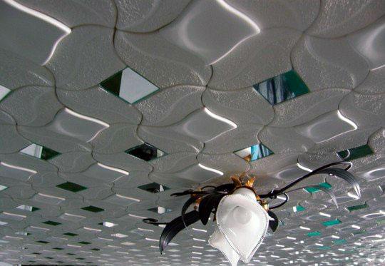красивая потолочная плитка с зеркальными вставками