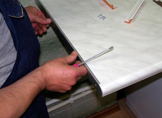Как крепится столешница к гарнитуру столешница на перегородку между комнатой и лоджией.фото