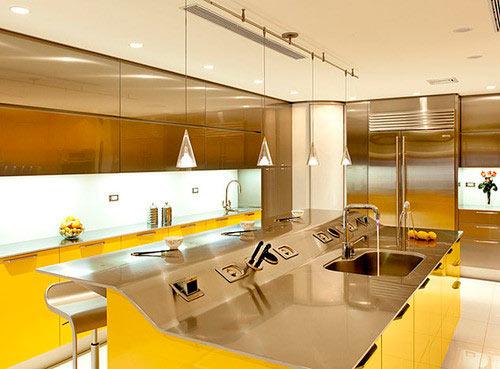 Сочетание насыщенного желтого с глянцевой металлической поверхностью