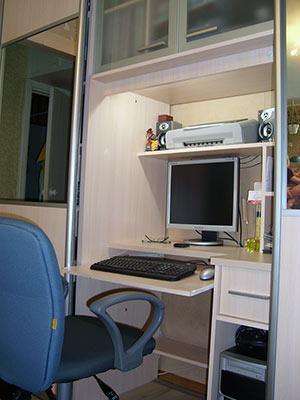 Встроенный шкаф-купе с компьютерным столом