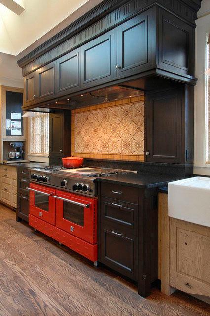 Темно красная кухня