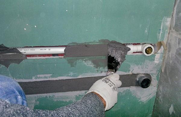 Скрытие труб в стене