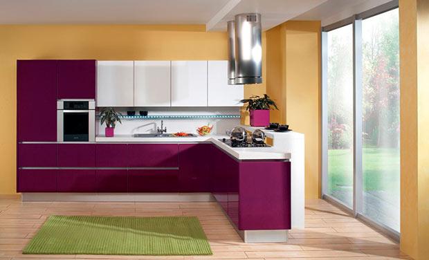 Яркая кухня в пурпурно-бежевых оттенках