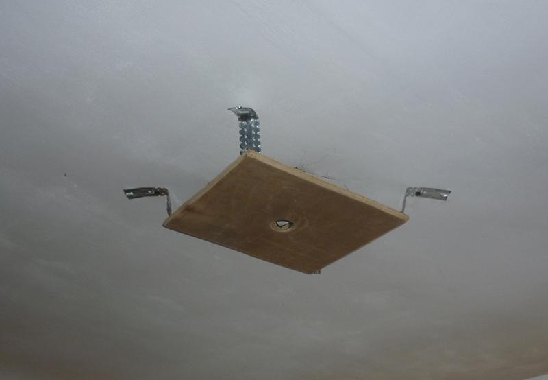 Крепление для люстры на натяжной потолок