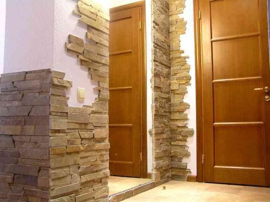 дикий камень на полу в ванной комнате фото