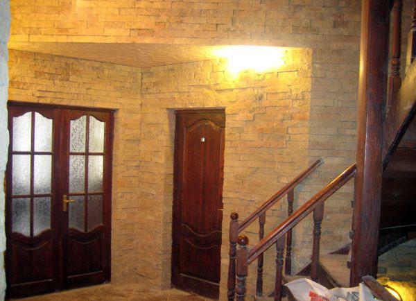 отделка входных дверей декоративным камнем