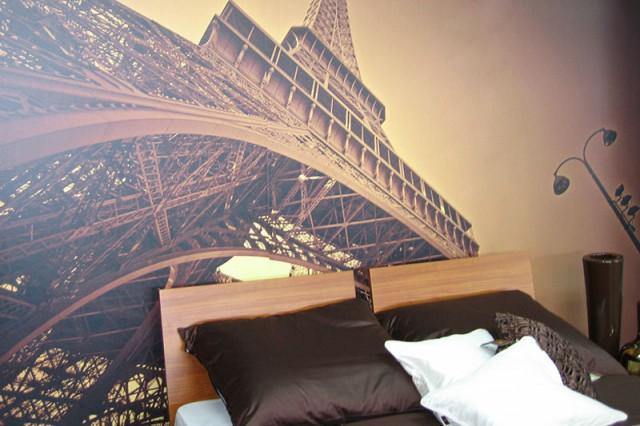 фотообои с Эйфелевой башней в спальне