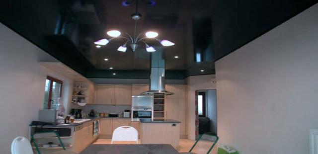 черный натяжной потолок на кухне