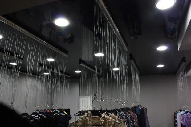 черный потолок в магазине не отвлекает покупателей