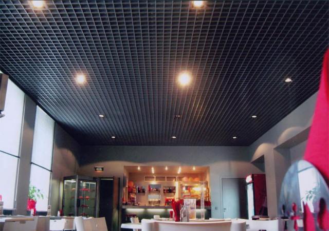 черный потолок грильято в кафе