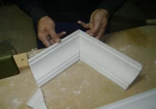 Как сделать наружный угол потолочного плинтуса