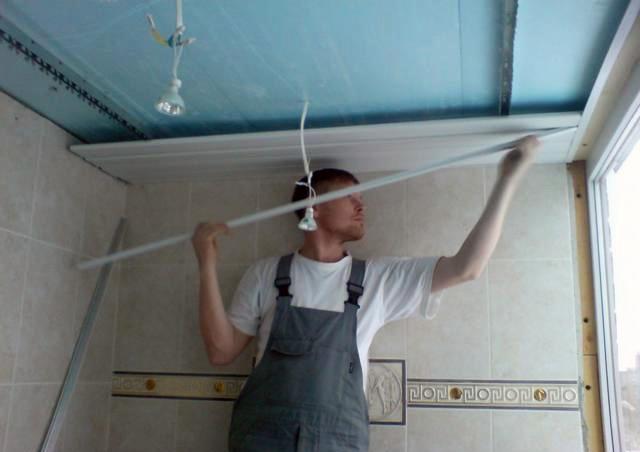 Установка пластикового реечного потолка