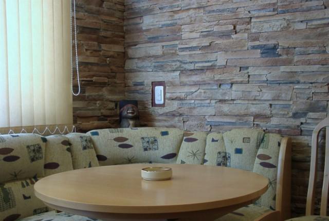 кухонный уголок оформленный искусственным камнем