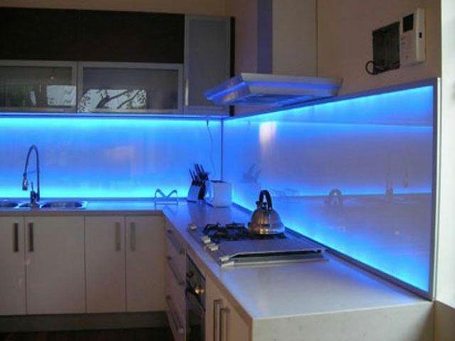Стеклянный фартук с подсветкой рабочей зоны