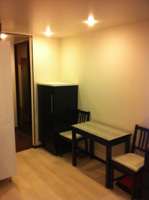 Раздвижной обеденный стол и холодильник