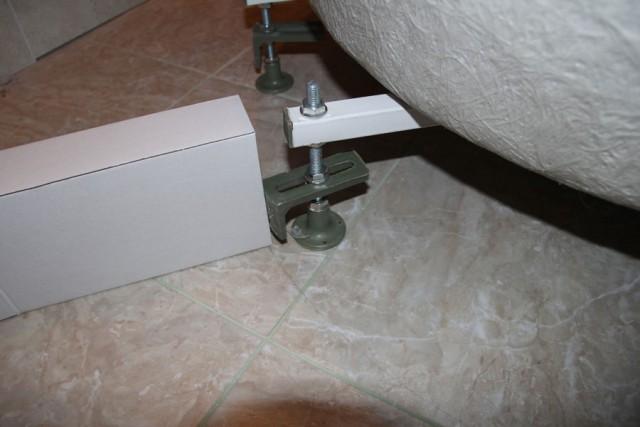 Регулируем кронштейны с помощью угольника от разметки на полу, минус 2 мм. Нижний край кронштейна должен выставляем с зазором от пола 2 см.