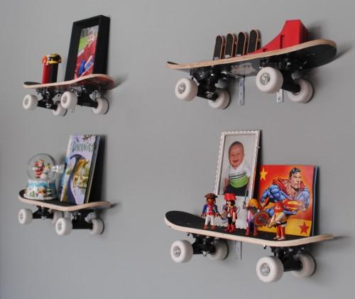 Из необычных идей —полки из скейтбордов на кронштейнах.