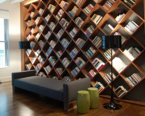 На горизонтальных полках для книг нужны держатели или боковые стенки. Поэтому часто делают маленькие вертикальные полки, диагональные, угловые — на них книги не упадут.