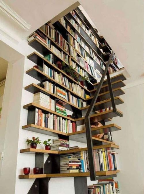 Если вы живёте в коттедже, полки можно расположить вдоль лестницы.