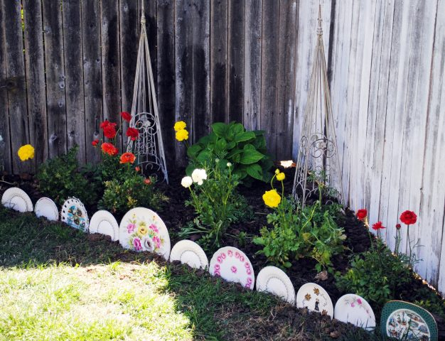 Фарфоровые тарелки для бордюра в саду