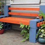 Рыжая скамейка из шлакоблоков