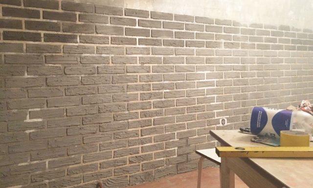 Оформление кирпичной стены