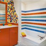 Разноцветная плитка вванной в трех цветах