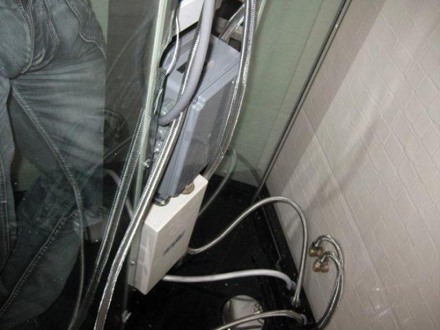 Установка водоснабжения в душевой кабинке