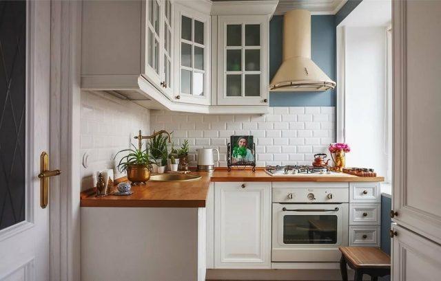 Столешница и фартук в маленькой кухне