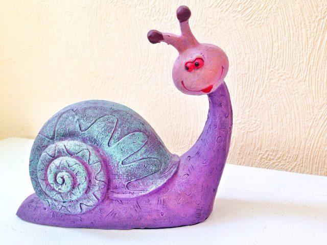 Фиолетовая улитка из монтажной пены
