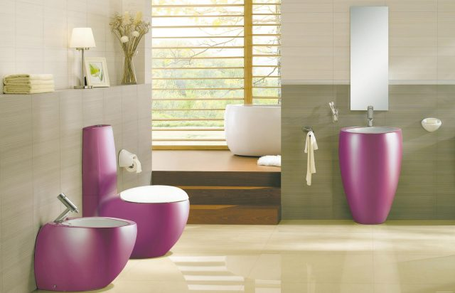 Цветной унитаз в ванной