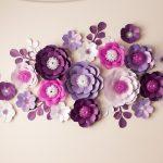 Бумажные цветы на стене