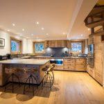 Кухня в стиле шале большая