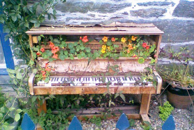 Пианино в саду, как декор