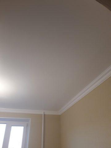 Однотонный потолок